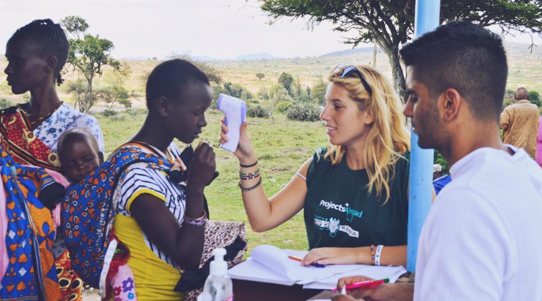 ケニアの田舎に医療支援を届けるメディカルインターンたち